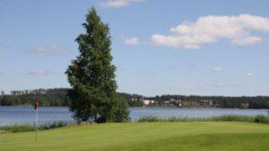 Peurunkahotelli sijaitsee järven vastakkaisella rannalla.